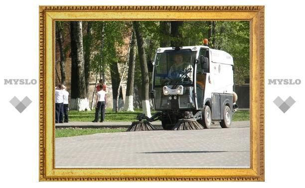 Тульские коммунальщики начали пылесосить улицы