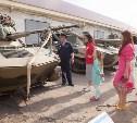 Звёзды Первого канала устроили концерт в военной части