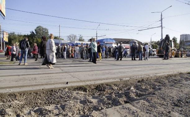 Из-за строительного мусора на остановке Мосина туляки ждут транспорт на трамвайных путях