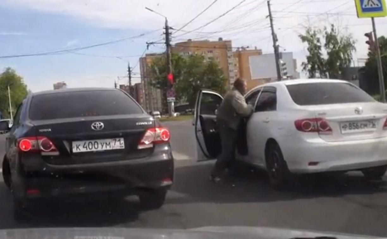 В центре Тулы водитель устроил драку на дороге: видео