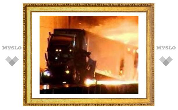 На калифорнийской автотрассе столкнулись 15 грузовиков