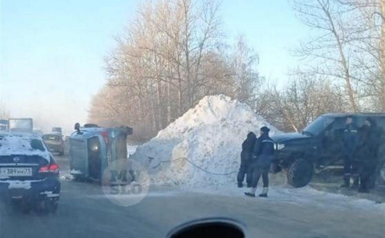 В Туле на Веневском шоссе Mitsubishi наехал на сугроб и опрокинулся набок