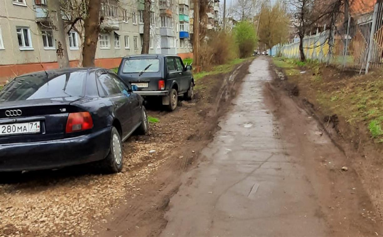 «Они еще и сигналят в спину, чтобы люди отошли!»: в Туле водители превратили тротуар в проезжую часть