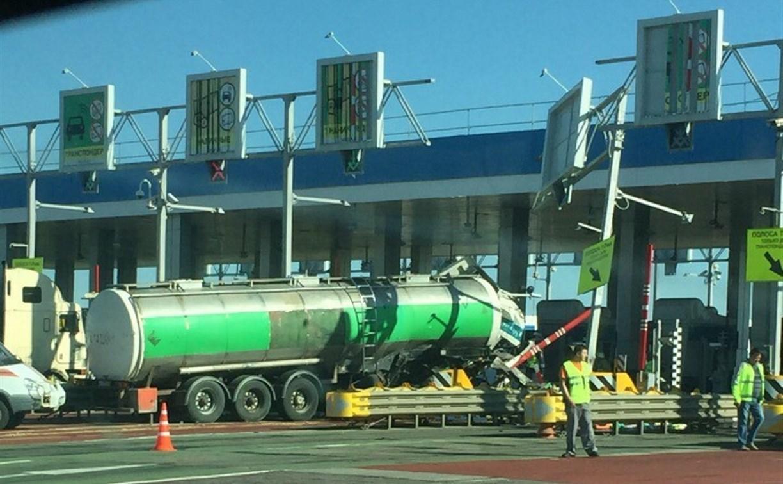 В Тульской области фура протаранила терминал на платном участке трассы