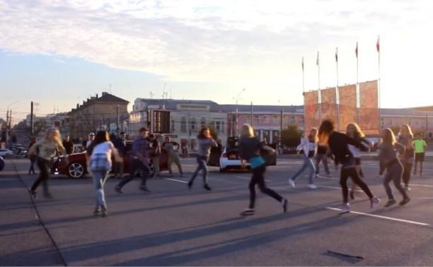 На площади Ленина танцоры устроили масштабный флешмоб