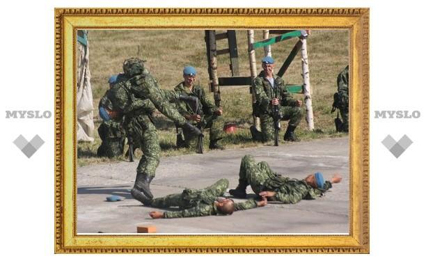 Тульских десантников проверили на прочность штык-ножами