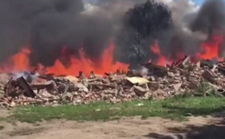 В Плеханово загорелись обломки снесенного дома