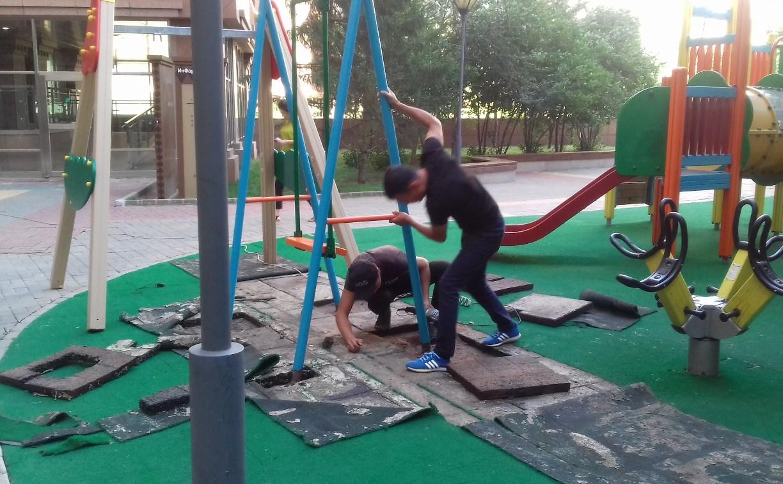 В тульском дворе демонтировали опасную детскую площадку