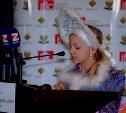 Участница фестиваля «Краски мира» Лейла Бузовкина получила подарки из рук Иосифа Кобзона