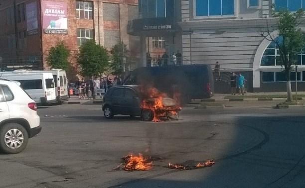 На площади Восстания сгорела легковушка