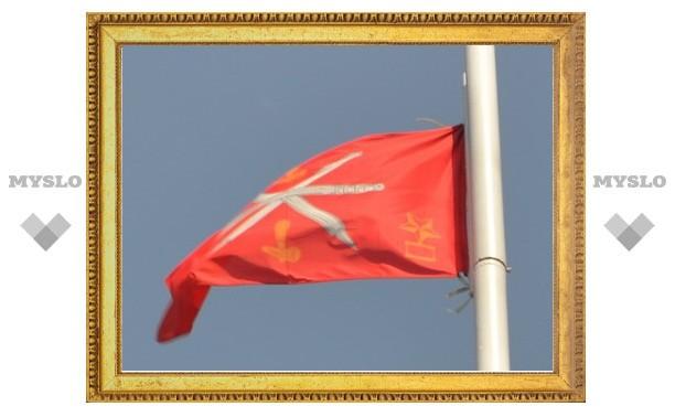 Тульский флаг около белого дома висит вверх тормашками
