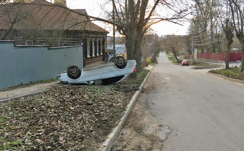 В Туле на ул. Тимирязева после столкновения перевернулась машина