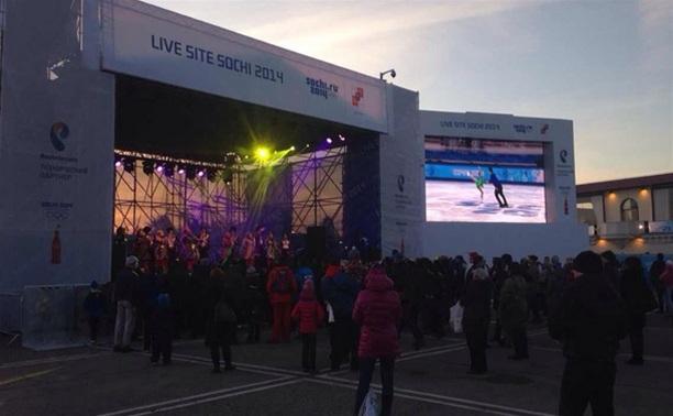 Весь олимпийский Сочи смотрит церемонию открытия прямо на улице