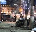 В центре Тулы после ДТП иномарка отлетела на ступени магазина