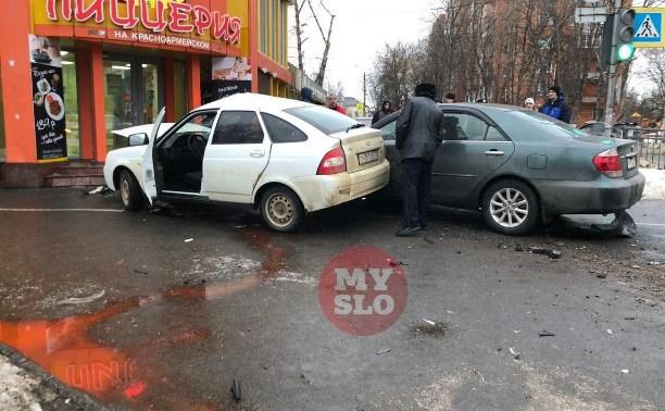 В Туле вылетевшие с дороги машины сбили троих пешеходов