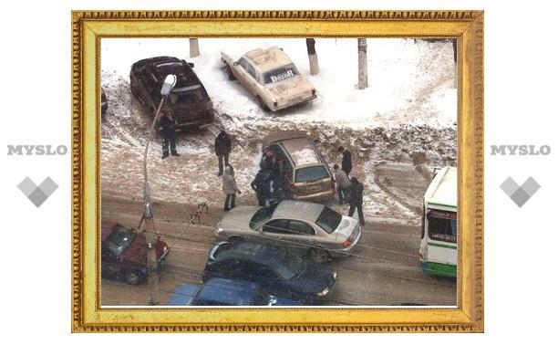 Тульские гаишники носят плохо припаркованные машины на руках