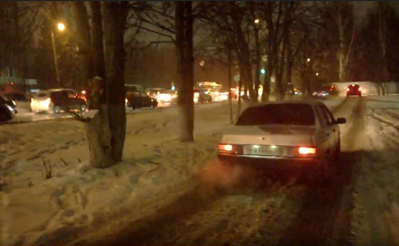 Водители превратили тротуар на Оборонной в Туле в проезжую часть