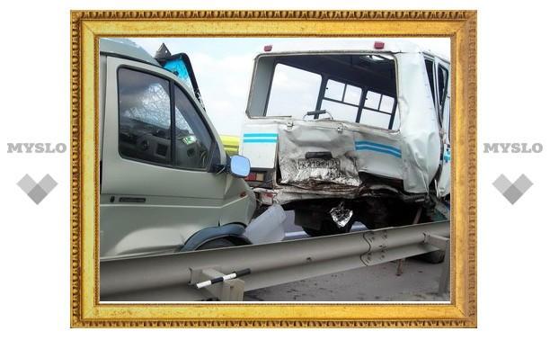 В Тульской области микроавтобус врезался в автобус