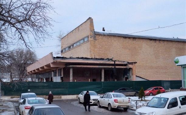 В Туле начали ломать здание бывшего кинотеатра «Салют»