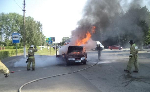 В Щекино прямо на дороге загорелся «Форд»