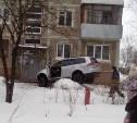 В Новомосковске водитель внедорожника устроила гонки по двору и врезалась в подъезд