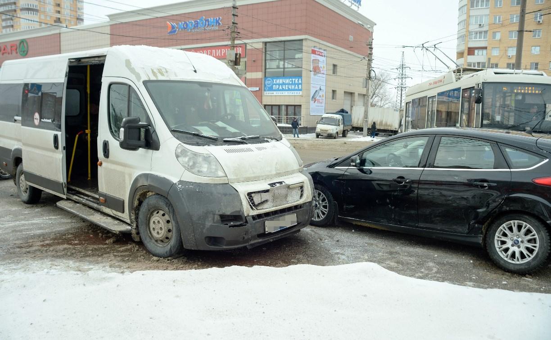 На Зеленстрое столкнулись «Форд» и маршрутка