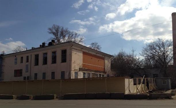 Кинотеатр «Космос» обнесли строительным забором