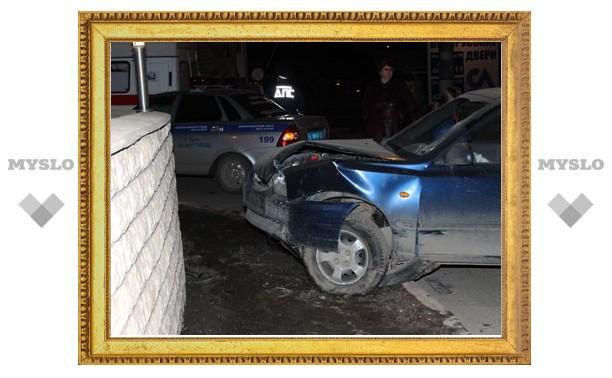Пьяный водитель врезался в стену возле кафе