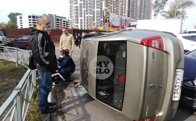 В Туле на ул. Оборонной Renault Logan после ДТП опрокинулся набок