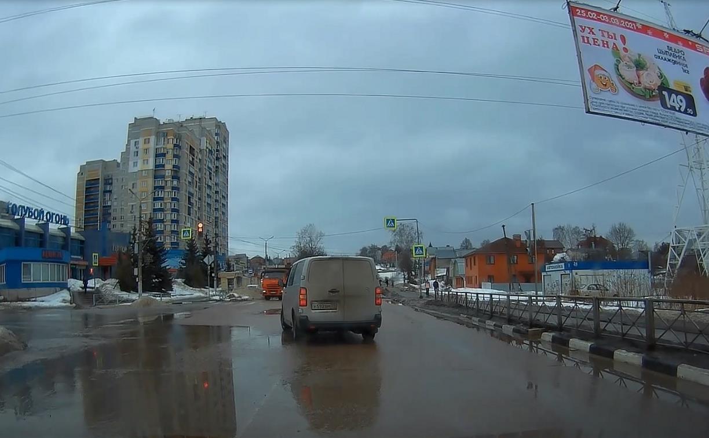 «Накажи автохама»: водитель микроавтобуса на улице Кутузова проехал на красный