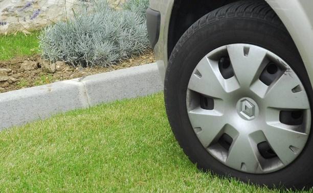 За парковку автомобилей на газоне придётся заплатить до пяти тысяч рублей