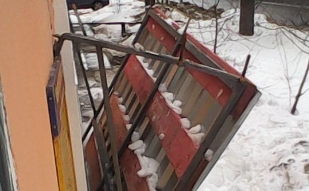 На ул. Болотова упавшая с крыши ледяная глыба обрушила козырёк подъезда