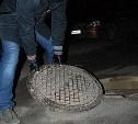 В Новомосковске двое мужчин утащили крышку канализационного люка