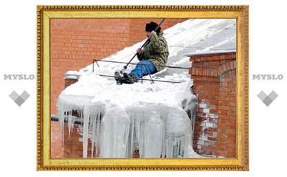 Глыбы льда с крыши сбивали коммунальщики
