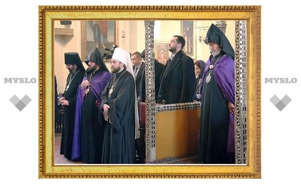 Митрополит Иларион отслужил литургию в русском храме в Ереване и посетил семинарию Армянской Церкви