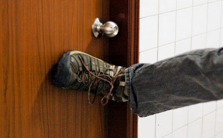 В Узловой рецидивист выбил дверь в квартиру соседа и обокрал ее