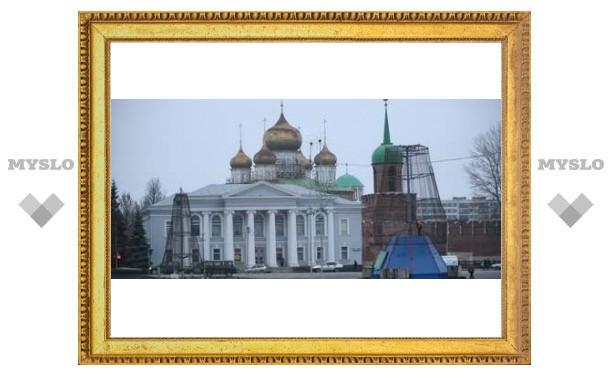 На площади Ленина ставят елку