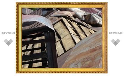 Из-за сильного ветра на тулячку упал лист железа с крыши