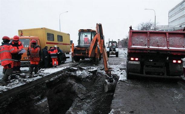 На ул. Октябрьской в Туле ликвидируют прорыв водовода