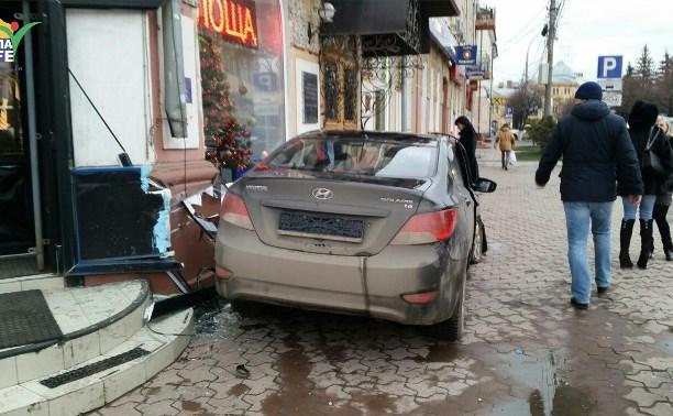 После ДТП на пересечении улиц Советской и Ф. Энгельса легковушку отбросило на тротуар