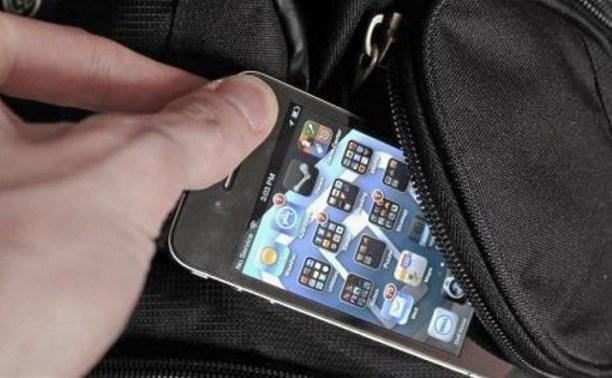 В Донском у спящего посетителя кафе украли мобильный