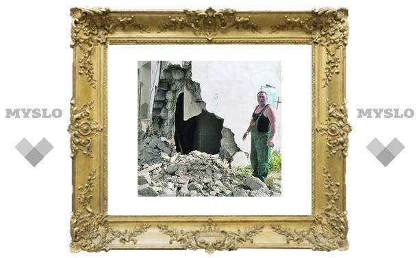 Лихач снес жилой доми сбил трех гаишников