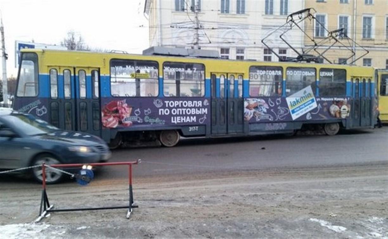 Рядом с универмагом на ул. Советской с рельсов сошел трамвай