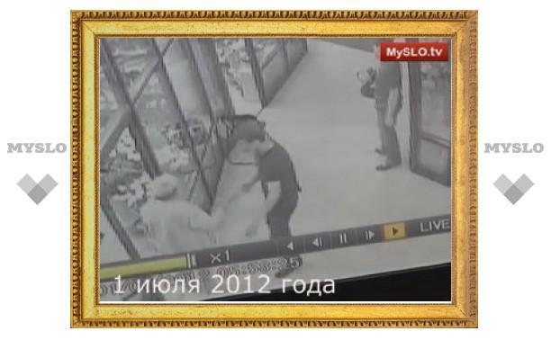 Полицейский-дебошир и раньше приходил в цветочный павильон – поскандалить и пописать на витрину