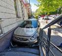 На улице Льва Толстого в Туле легковушка врезалась в крыльцо магазина