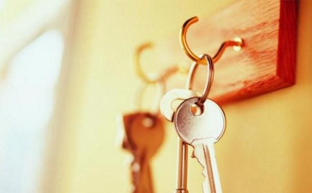 Владимир Груздев вручил детям-сиротам ключи от квартир