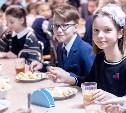 Роспотребнадзор предложил запретить школьникам проносить домашнюю еду в столовую