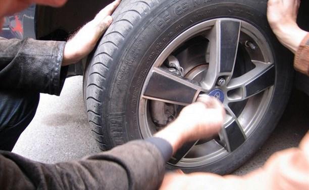 В Пролетарском районе мужчина пытался похитить колеса с припаркованного авто