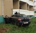 В Веневе автоледи на иномарке врезалась в жилой дом