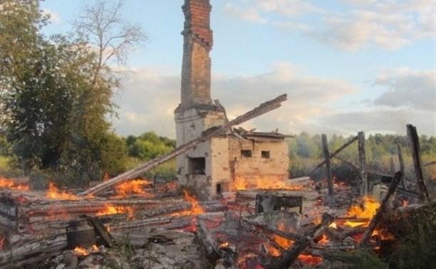 В Тульской области после пожара в доме осталась только печка